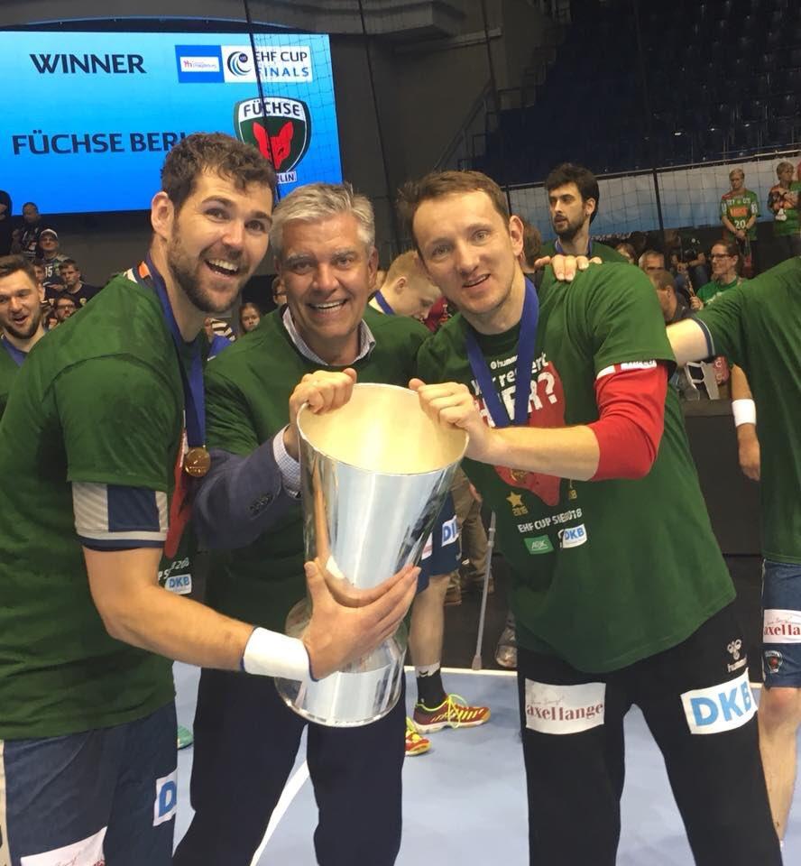 Фуксе Берлин со трофејот од ЕХФ купот
